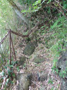 穴観音への道1(鉄鎖の外、竹の向こうは断崖絶壁)